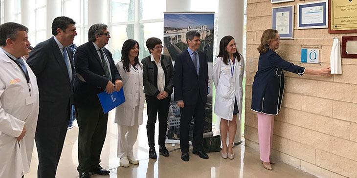 María Martín, Consejera de Salud de la Rioja descubre la placa de la Acreditación QH** de la fundación IDIS en el Hospital de Calahorra